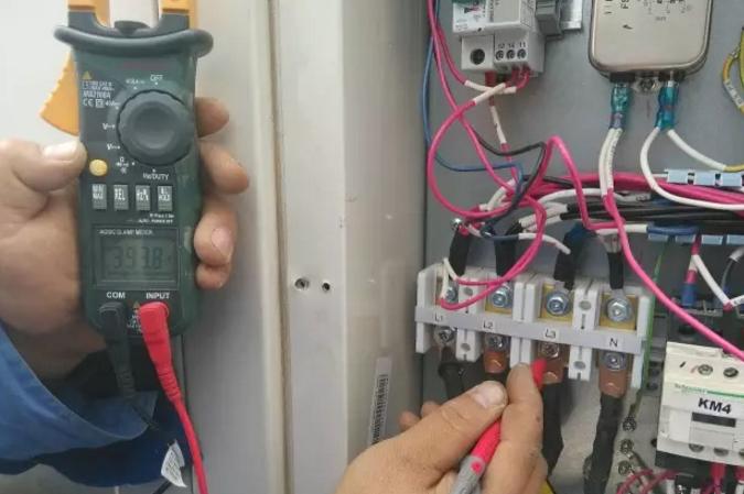 """如果设备第一次上电手操器显示""""dj""""故障(缺逆相保护),对于三相供电的风管机和天井机,首先要考虑三相供电是否正常,用完用表测量L1、L2、L3之间的电压是不是380V。"""