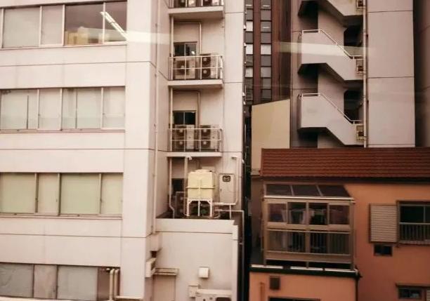 日本的空调安装根本没有任何危险性,在室外的安装上更是体现着工整、规范和标准化。