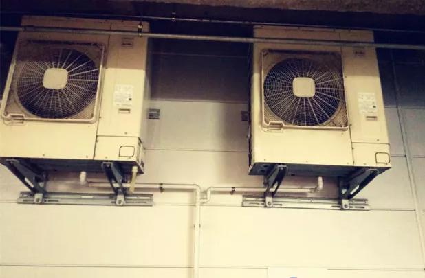 日本小高层的空调外机一般都安装在阳台上。不封阳台,维修和安装都很方便。