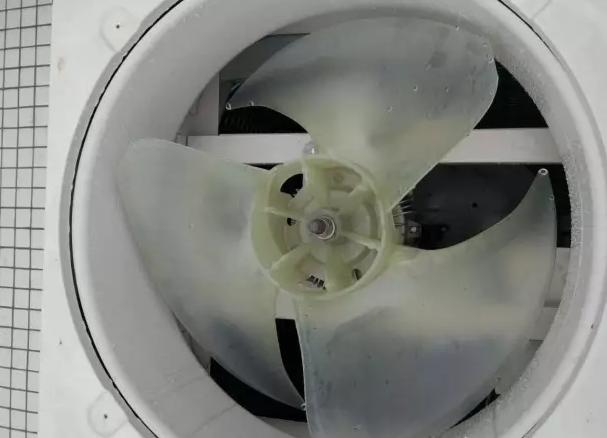 """风扇叶卡住造成主机报""""H9""""变频风机失步,电机外面有防护罩"""