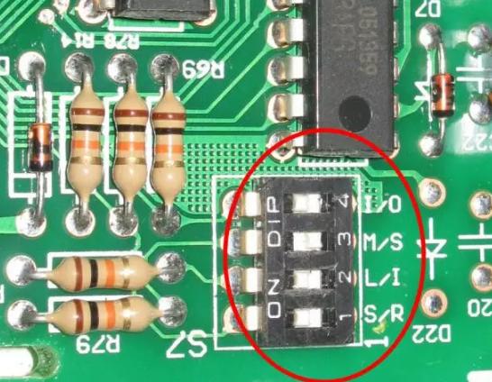 格力四代直流变频多联机内机上共有三组拨码——功能码、地址码和容量码;