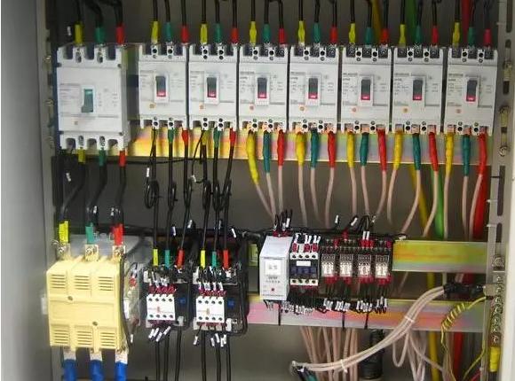 首先要分清楚是什么设备,是商用空调还是家用多联机?不同的设备上电跳空开处理和维修的方法不一样。