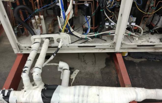 单机版直流变频多联机没有均油口,施工人员把两台机的油检测口并联起来,这是压缩机跑油的关键所在,压缩机长时间缺油运行,就会出现机械磨损。
