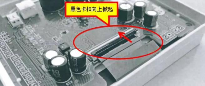 将连接液晶FPC软排线的针孔座卡扣网上翻开,这个细节一定要做到位: