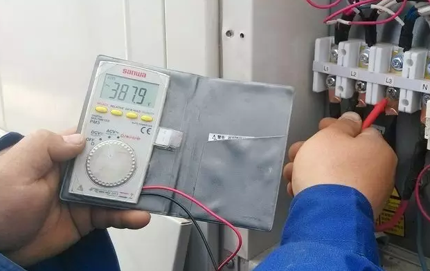 线电压(Line Voltage)是多相供电系统两线之间,以三相为例,中A、B、C三相引出线相互之间的电压,就是线电压又称相间电压。
