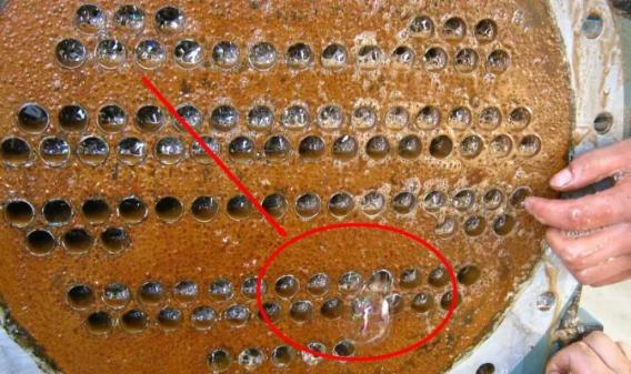 没有调试的水机系统,主机没有进水,但是管路内部有水,也要把机组后端盖的排水阀打开确认一下,防止阀门关闭不严,冷冻水进入机组壳管