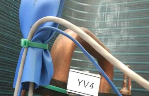 """设备上的压力传感器为了防水,用""""蓝色""""的热缩管包裹着,打开可看到低压压力传感器。"""