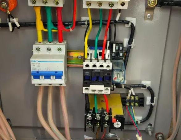 恢复水流开关的使用功能,维修水泵或者水泵交流接触器,设备没有和机组联锁的,尽快联锁,联锁控制可以实现设备开机水泵工作,设备关机水泵延时停止运转,到此为止设备恢复正常运转