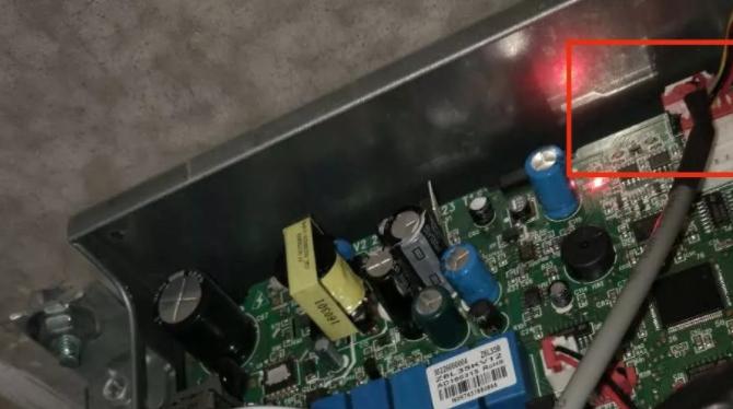 内机主板的最上面,有一个空着的四芯线插口CN11