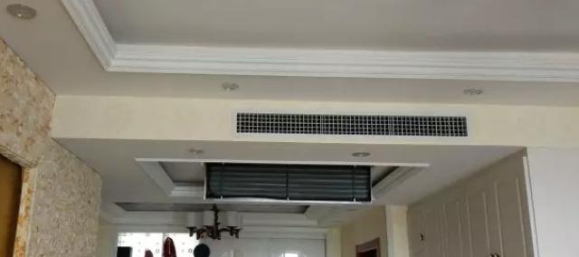 最好的解决方案如下图,风口与灯槽齐平,或者灯槽设置在出风口上面