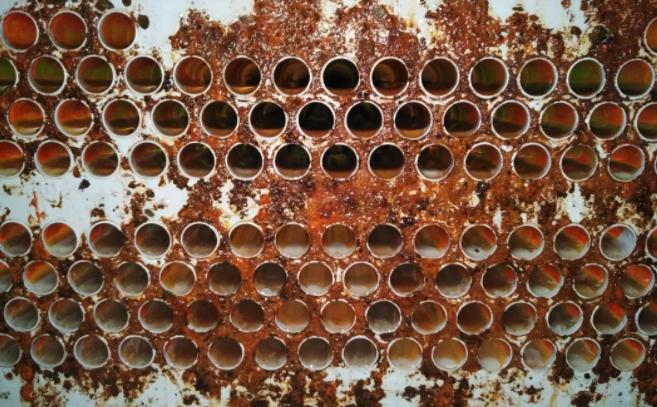 若检查冷却水质浑浊且填料结垢,同时端温差>5℃,可确认该换热器壳管结垢