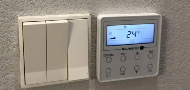 如果想调整风压,请找到内机电器盒盖板,找到一个表格里,你会发现里面写着详细的调节方法,就是进入线控器用户级别参数设置,把P30的数字有出厂的5改为7或者9就可以了