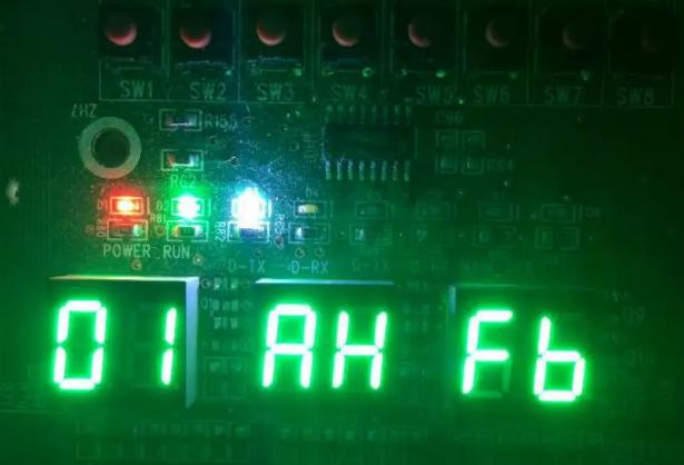 """外机LED3双8指示灯""""亮""""且显示:Fb、FU。外机主板指示灯及线控器故障时显示如下图"""