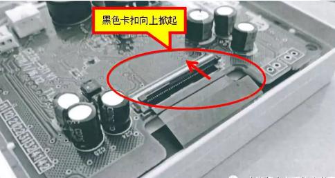 """2、将连接液晶FPC软排线的针孔座卡扣网上翻开,相当于排线""""解锁"""""""