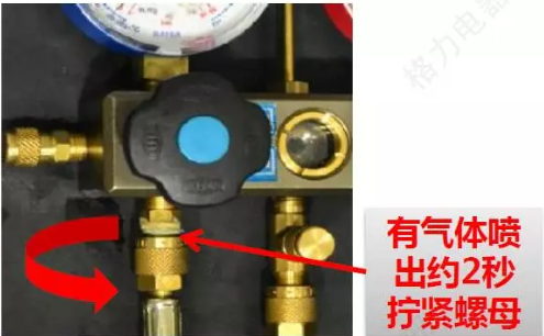 4、待压力表端软管有气喷出2秒左右拧紧所有软管(排掉软管空气)。