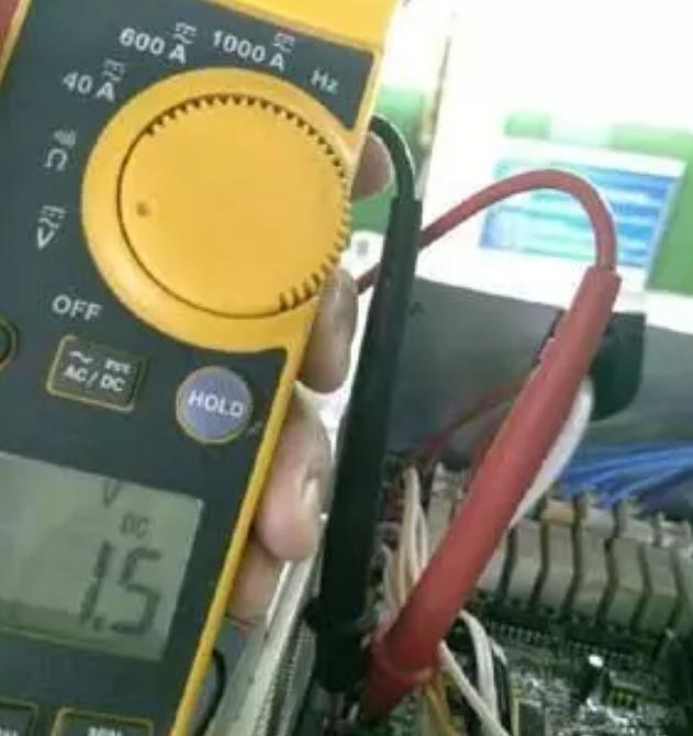 (2)机组上电后,检测传感器接线端子2孔和1孔间压力传感器输出直流电压,